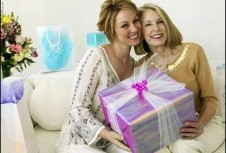 что подарить женщине на 55 лет близким людям